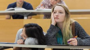 studenti-skuchayut-na-lekcii